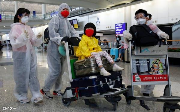 香港は新型コロナの感染者が再び増えている(3月17日、香港国際空港)=ロイター