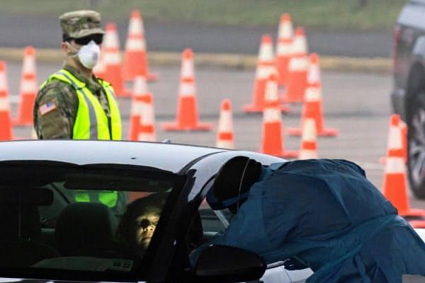 米国はドライブスルー形式で新型コロナウイルスの感染検査を受けられる体制の整備を急いでいる(20日、米ニュージャージー州=ロイター)