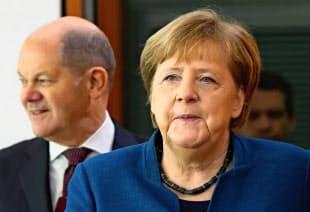 健全財政路線の棚上げを決めたメルケル首相(右)とショルツ財務相=AP