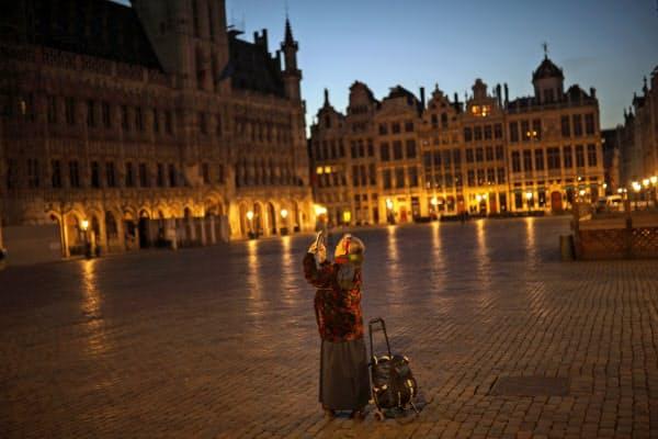 新型コロナの急速な感染拡大で街からは人影がなくなりつつある(ブリュッセル=AP)