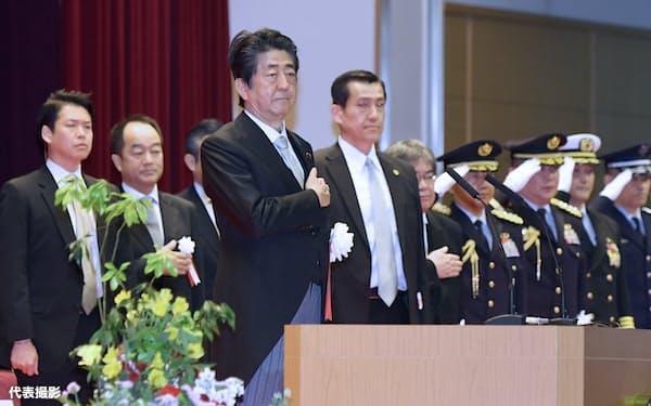 防衛大学校の卒業式に出席した安倍首相(22日、神奈川県横須賀市)=代表撮影