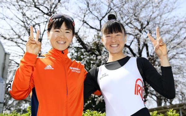 女子軽量級シングルスカル決勝レースを終え、笑顔でポーズをとる1位の冨田千愛(左)と2位の大石綾美(22日、戸田漕艇場)=共同