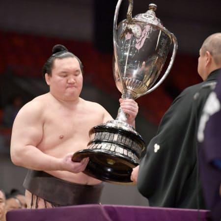 優勝し、日本相撲協会の八角理事長から賜杯を受け取る白鵬