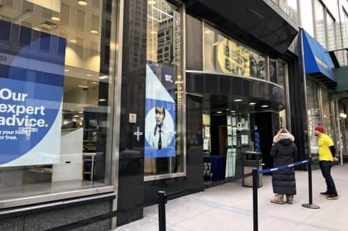 家電量販店「ベストバイ」はネット注文した商品を受け取るのみの運営に(22日午前11時、ニューヨークのマンハッタン)