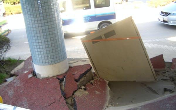東日本大震災では多くの液状化被害が発生した(液状化で沈み込んだ交通機関の屋外設備)