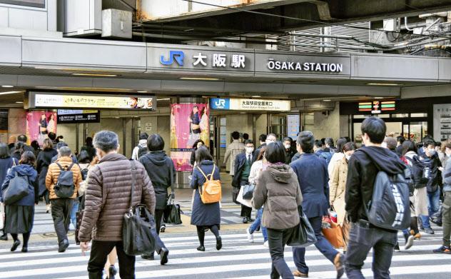 通勤客らで混雑するJR大阪駅前(23日午前)=共同