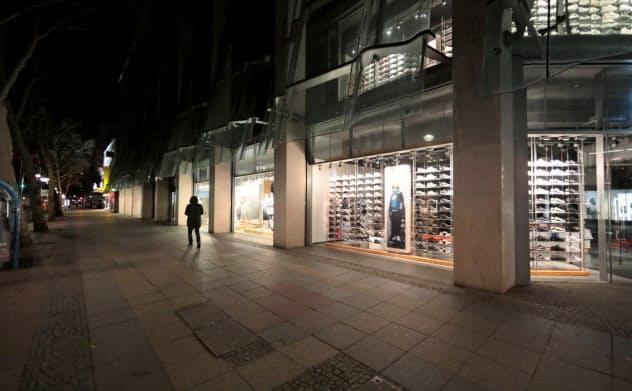 新型コロナの影響で人通りがほとんどないベルリン市内の繁華街=ロイター