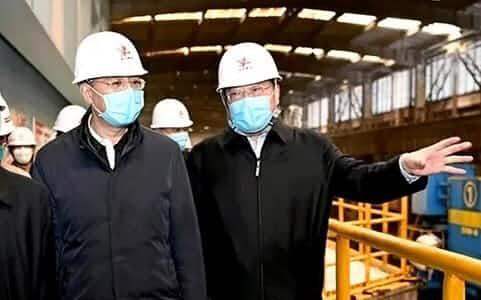 工場を視察する尹弘・河南省長(左、鉄鋼大手のサイトから)