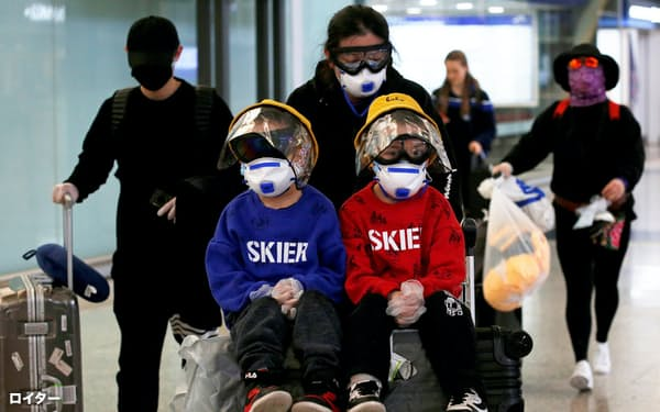 香港は海外から感染者の流入が続いている(17日、香港国際空港)=ロイター