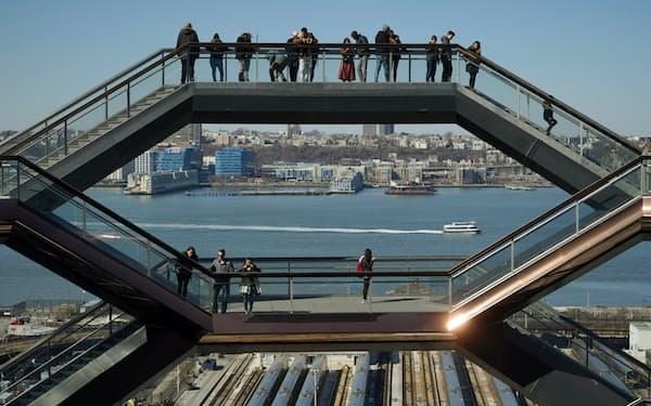 ベッセルの最上階からからハドソン川を眺める人たち(2月下旬)