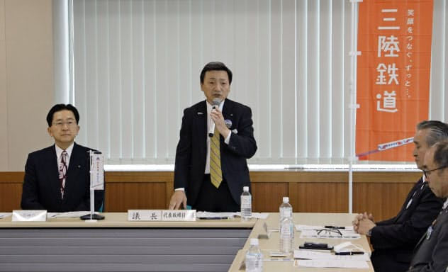 三陸鉄道の取締役会であいさつする中村一郎社長(23日、盛岡市)