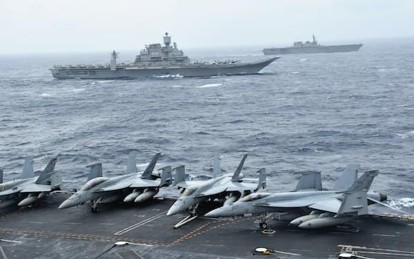 2017年にインド洋で実施した日米印の共同訓練。米原子力空母ニミッツからみたインド海軍艦艇(手前)と海自護衛艦「いずも」(奥)
