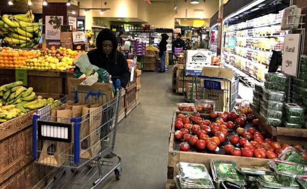 スーパーの店内は顧客よりも、客の注文をピックアップする従業員が目立つ(23日、ニューヨーク)