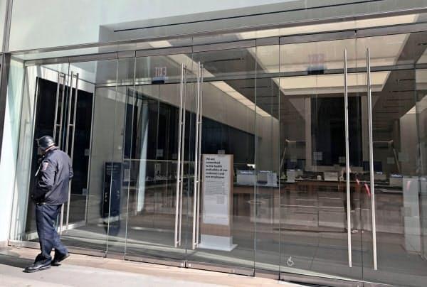 営業を休止している高級電気製品店では警備員だけが仕事を続けていた(22日、ニューヨーク)