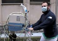 新型コロナで人工呼吸器の必要性が増している(ブリュッセル)=ロイター