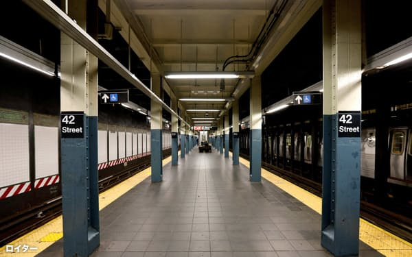外出規制で乗客の消えたニューヨーク市の地下鉄=ロイター