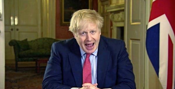23日、国民向けに声明を発表したジョンソン英首相(ロンドン)=AP