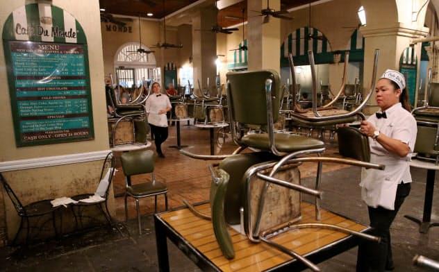 新型コロナウイルスによる営業規制で閉店する米ニューオーリンズのレストラン(3月15日)=ロイター