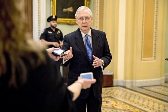 米経済対策を巡り、議会与野党の対立が続く(記者団の質問に答える共和党上院トップのマコネル院内総務)=AP