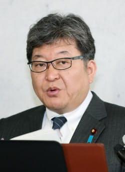 学校再開の指針について記者の質問に答える萩生田文科相(24日午前、国会内)