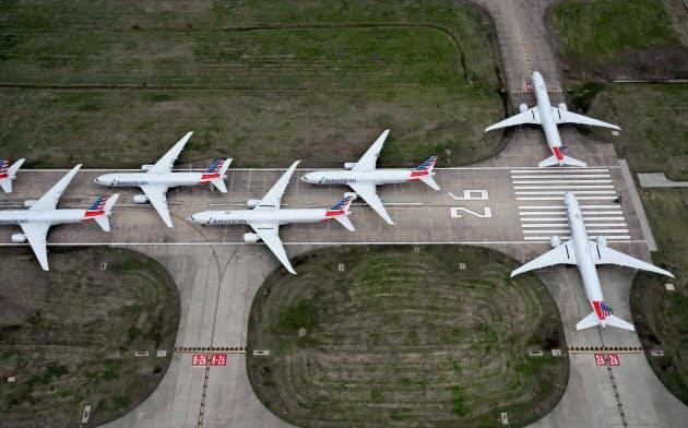 コロナ禍で飛べない航空機で空港の滑走路がいっぱいに(23日、米オクラホマ州)=ロイター