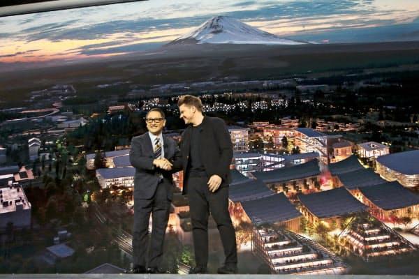 トヨタは新技術への投資負担も重い(米ラスベガスで講演する豊田章男社長(左)、20年1月)=AP