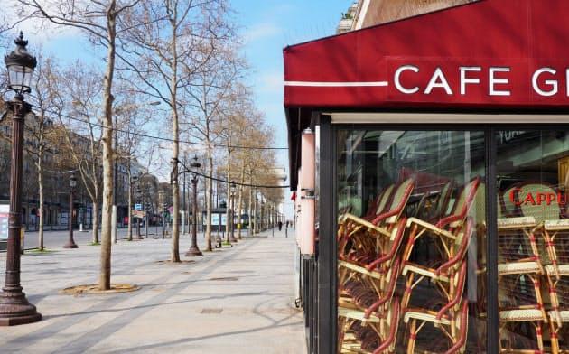 欧州では外出規制や店舗休業などが広がり経済活動が停滞している(22日、パリのシャンゼリゼ大通り)=AP