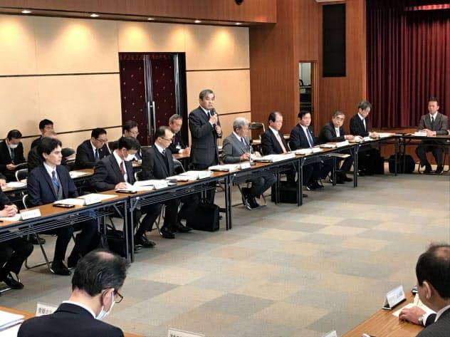 会議冒頭にあいさつする愛媛県の神野一仁副知事ら(24日、松山市)