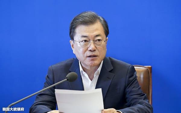 文在寅大統領が主宰を務める「非常経済会議」で100兆ウォンの金融支援を決めた(24日)=韓国大統領府提供