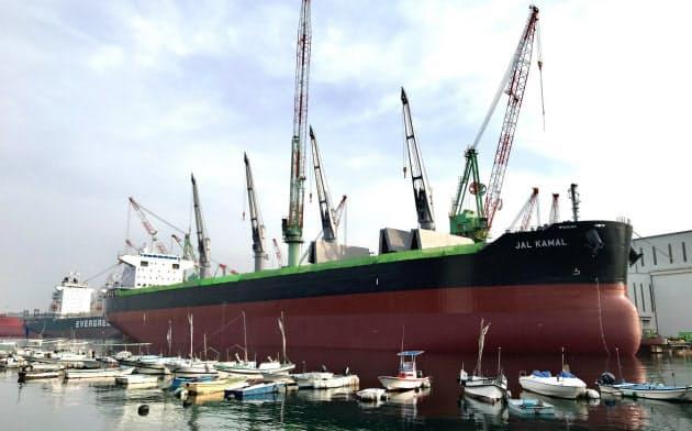 今治造船とJMUの国内造船2強が手を組む(写真は今治造船の今治市内の工場)