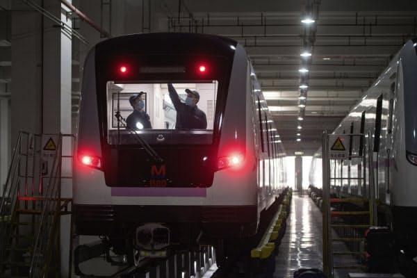 運行の再開に向けて地下鉄の整備をする人たち(23日、湖北省武漢市)=AP