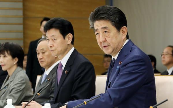 緊急経済対策の策定に向けたヒアリングの冒頭、あいさつする安倍首相(24日、首相官邸)