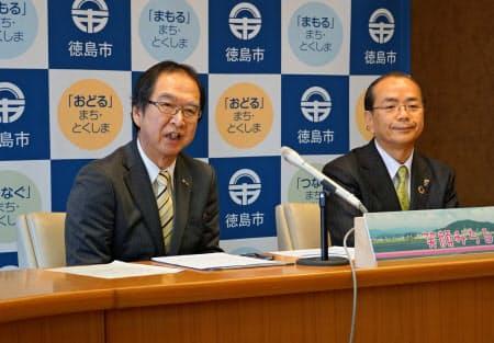 市の第三セクター、徳島都市開発の一宮信牲社長(左)は24日、そごう跡地に別の百貨店のサテライトを誘致していることを明らかにした
