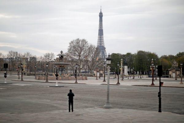 欧州の多くの国では外出制限が敷かれ、企業活動が鈍っている(22日、パリ)=ロイター
