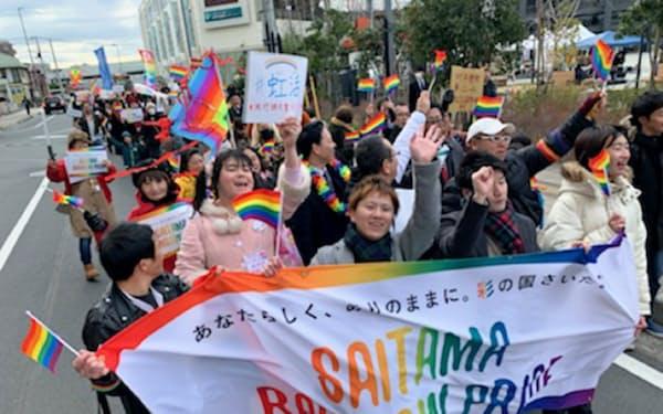 性の多様性を訴えて約200人が練り歩いた「レインボーパレード」(1月、川越市)