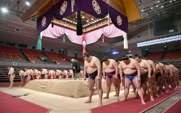 千秋楽の土俵上で挨拶を終え、幕内力士らと一礼する日本相撲協会の八角理事長