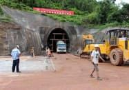 ラオスには中国からやってきた労働者も多い(17年、ラオス北部ルアンプラバン郊外の鉄道建設現場)