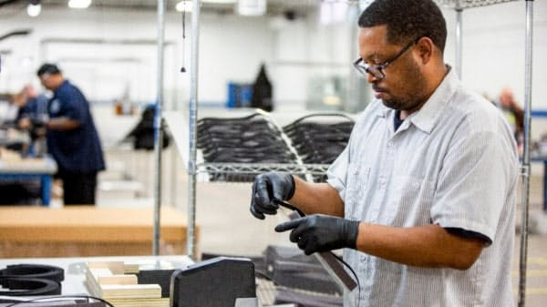 フォードは自社工場で医療用フェースガードを製造する