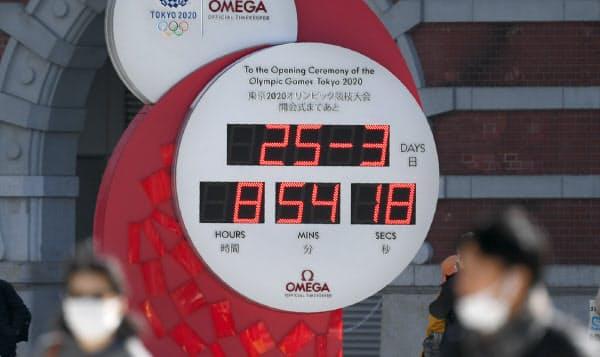 東京五輪・パラリンピックの開催延期が決まり、カウントダウンクロックは時刻を表示している(25日、東京都千代田区)