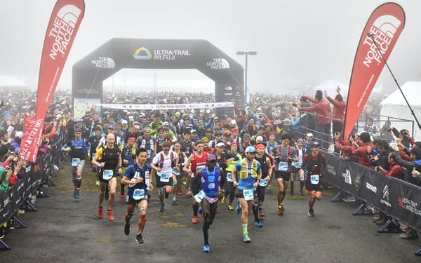 ランナーの100マイルにかける思いはさまざま(2019年UTMFのスタート)