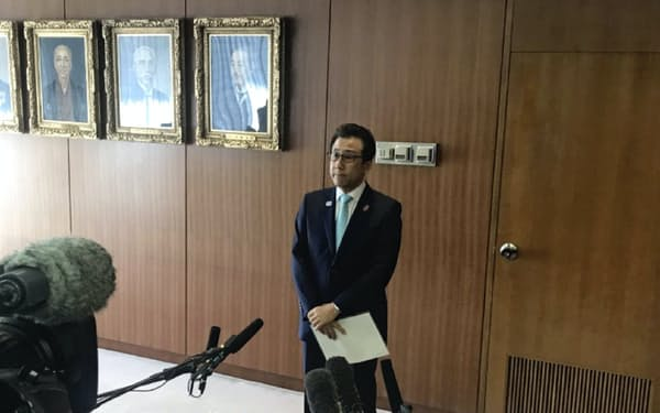 札幌市は20年開催の準備に全面協力してきた(25日、記者会見する秋元市長)