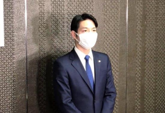 五輪・パラリンピックの延期を受け、取材に応じる鈴木直道北海道知事(25日、札幌市)