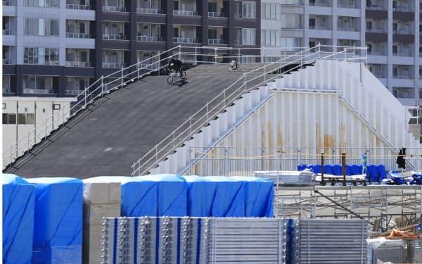 工事が進む自転車BMXの会場(24日、東京都江東区)=横沢太郎撮影