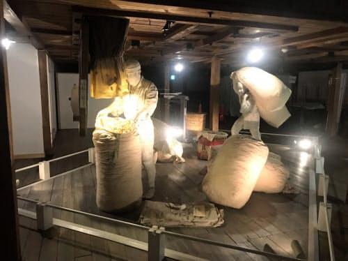 蜂の巣倉庫で作業している様子も展示されている