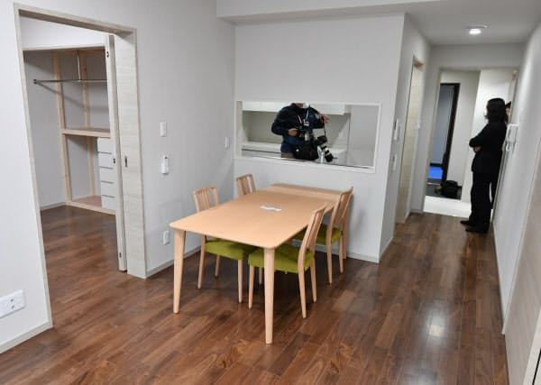 報道陣に公開された参議院新清水谷議員宿舎の室内(2月28日、東京都千代田区)