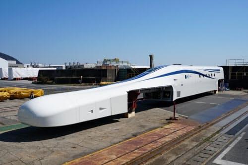 JR東海は日立製作所の笠戸事業所でリニアの改良型車両を公開した(山口県下松市、25日)