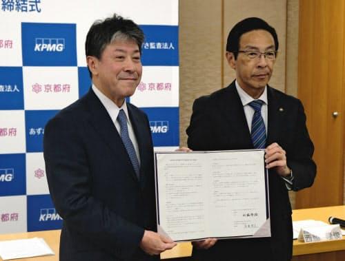 西脇知事(右)は「あずさの専門的な知識やノウハウを生かしていただきたい」と語った(24日、京都市)