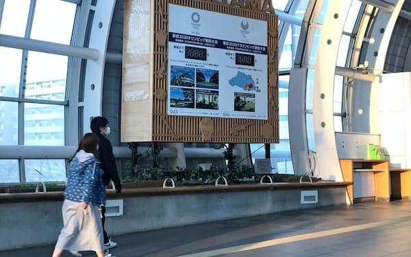 JRさいたま新都心駅のカウントダウンボードの日数は消された(25日、さいたま市)