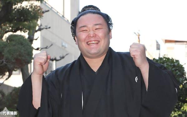 騎馬の上で笑顔を見せる朝乃山(25日午前、大阪市中央区)=代表撮影