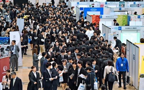 コロナショックで苦境に陥った企業が新卒学生らの内定取り消しに及ぶ可能性が懸念されている(2019年3月の合同企業説明会)